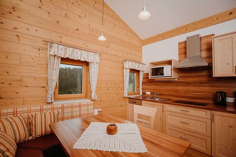 Küche mit Sitzecke und Anrichte.